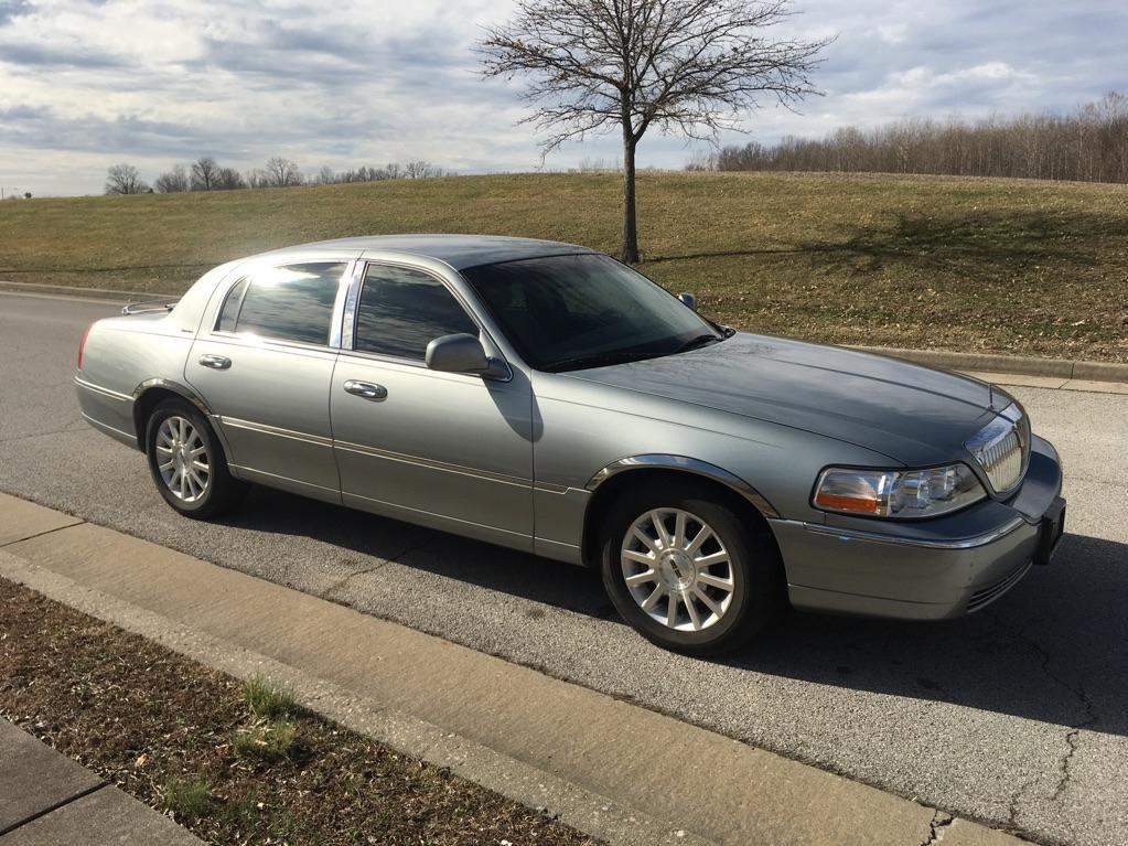 Pre-Owned 2006 Lincoln Town Car Signature Sedan