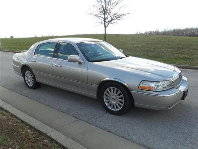Pre-Owned 2003 Lincoln Town Car Signature Sedan